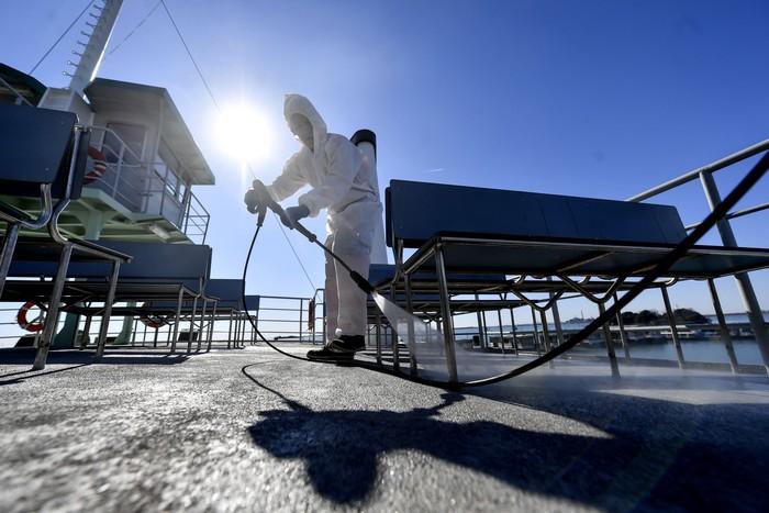 Jumlah kasus virus corona di wilayah Italia kembali mengalami lonjakan. Petugas terus menyisir setiap sudut kota dengan menyemprotkan cairan desinfektan.