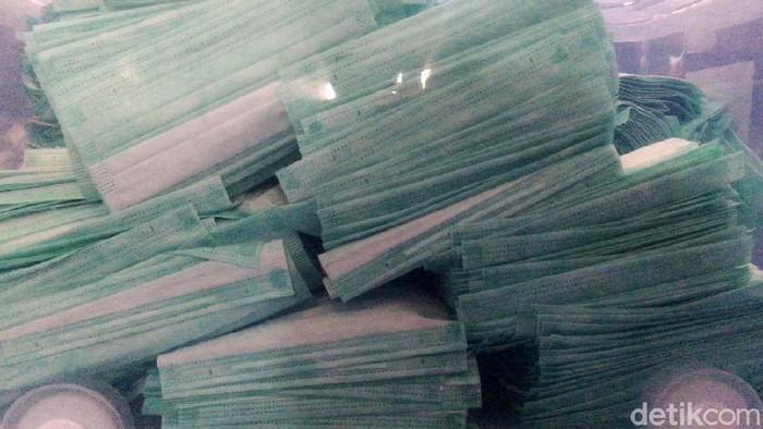 Tim Direktorat Reserse Narkoba Polda Metro Jaya melakukan penggerebekan terhadap sebuah pabrik alat kesehatan yang menimbun masker tanpa standar nasional Indonesia (SNI) di Cakung, Jakarta Utara, Jumat (28/2/2020). Sejumlah barang bukti dan pekerja diamankan.