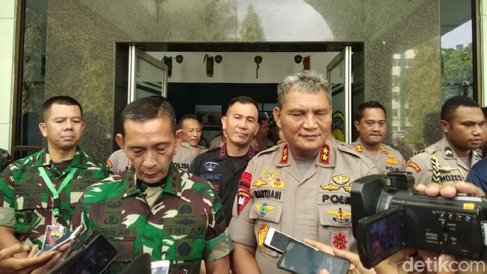 Pangdam Bukit Barisan Mayjen Sabrar Fadhilah dan Kapolda Sumut Irjen Martuani Sormin (Datuk Haris Molana/detikcom)