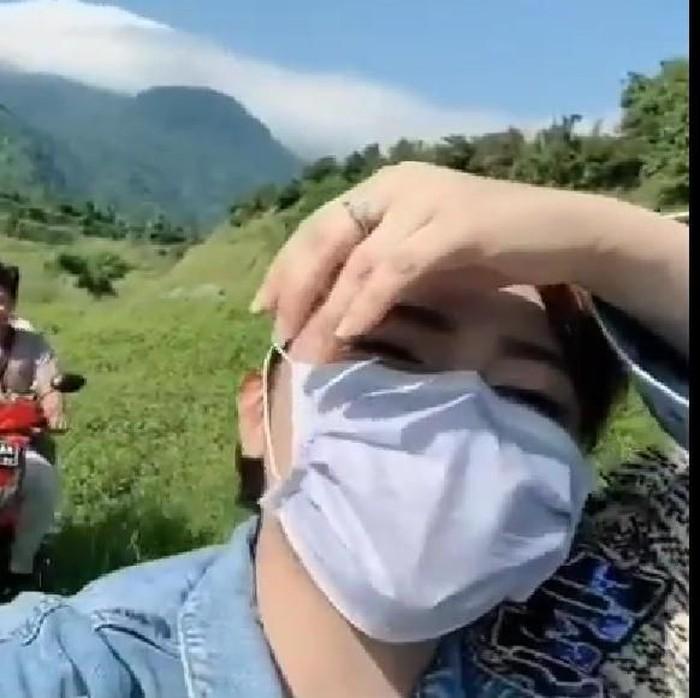 Panorama alam berupa padang rumput bekas tambang galian C di Mojokerto membuat kagum pedangdut Via Vallen. Via memuji keindahan wisata dadakan berjuluk Ranu Manduro itu.
