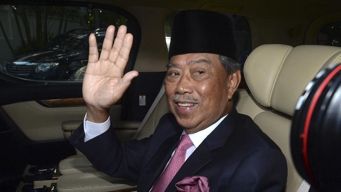 Muhyiddin Yassin, president of Malaysian United Indigenous Party, waves to journalists as he leaves his house to the palace to meet the king in Kuala Lumpur, Saturday, Feb. 29, 2020. Malaysian leader Mahathir Mohamad indicated Saturday that he will reconcile with the former ruling alliance he led with rival Anwar Ibrahim in an about-turn that follows a week of political turmoil that followed his resignation as prime minister. (AP Photo)