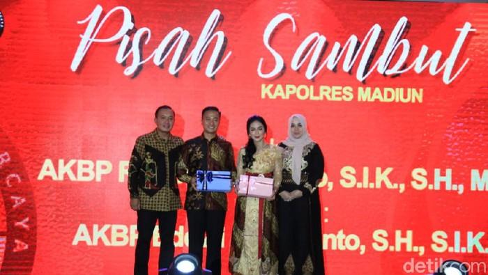 Aksi parodi kocak para polwan memeriahkan acara pisah sambut Kapolres Madiun. Parodi itu menampilkan kisah kepemimpinan AKBP Ruruh Wicaksono selama di Madiun.