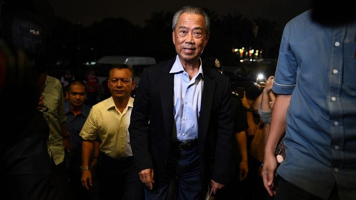 Muhyiddin Yassin (C), president of Parti Pribumi Bersatu Malaysia or Malaysian United Indigenous Party, arrives at the party headquarters in Kuala Lumpur on February 24, 2020. - Malaysias former prime minister Mahathir Mohamad resigned February 24 in a move analysts said appeared to be an effort to form a new coalition and block the succession of leader-in-waiting Anwar Ibrahim. (Photo by Mohd RASFAN / AFP)
