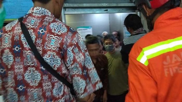 warga terjebak lift di gedung di Pulogadung