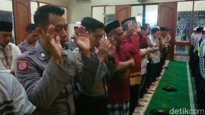 Seratusan anggota Polres Trenggalek menggelar salat gaib dan doa bersama untuk anggota Brimob Bharatu (Anumerta) Doni Priyanto. Doni gugur dalam baku tembak di Papua.