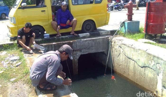 Nelayan asal Desa Loji, Sukabumi, memiliki cara unik dan tak biasa untuk menangkap ikan di Dermaga Pelabuhanratu.