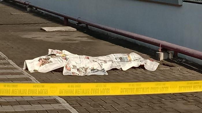 Karyawan sebuah pabrik di Surabaya, MAW (33) ditemukan tak bernyawa pakul 05.30 WIB di samping pabrik. Pria asal Tulungagung itu diduga bunuh diri dengan melompat dari lantai tiga.