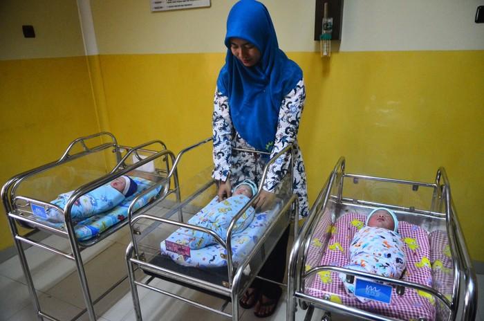 Perawat menyelimuti tiga dari empat bayi yang lahir pada 29 Februari 2020 di Rumah Sakit Aisyiyah Kudus, Kudus, Jawa Tengah (29/2/2020). Tanggal 29 Februari yang terjadi empat tahun sekali (tahun kabisat) menjadi tanggal unik bagi bayi yang lahir pada tanggal tersebut. ANTARA FOTO/Yusuf Nugroho/ama.