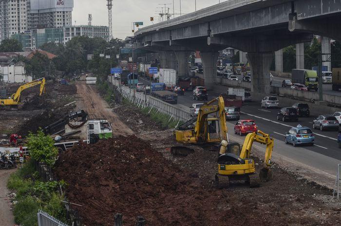 Sejumlah kendaraan melaju di samping proyek kereta cepat (High Speed Railway) Jakarta-Bandung di Bekasi, Jawa Barat, Sabtu (29/2/2020). Kementerian Pekerjaan Umum dan Perumahan Rakyat (PUPR) menginstruksikan PT Kereta Cepat Indonesia China (KCIC) untuk menghentikan sementara proyek pembangunan mulai tanggal (2/3/2020) selama dua minggu.