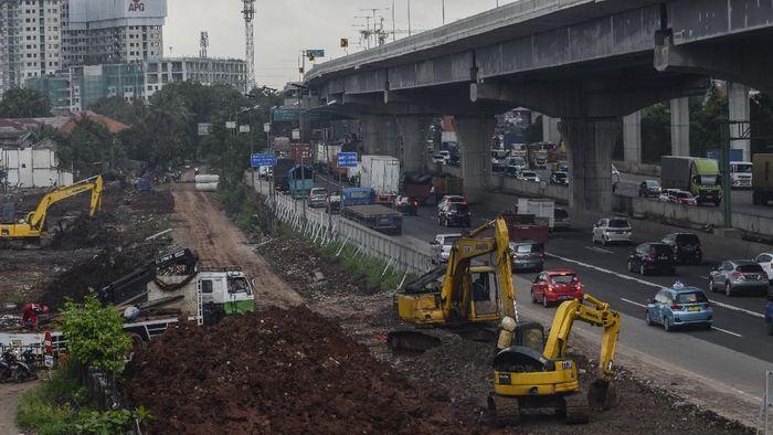 Sejumlah kendaraan melaju di samping proyek kereta cepat (High Speed Railway) Jakarta-Bandung di Bekasi, Jawa Barat, Sabtu (29/2/2020). Kementerian Pekerjaan Umum dan Perumahan Rakyat (PUPR) menginstruksikan PT Kereta Cepat Indonesia China (KCIC) untuk menghentikan sementara proyek pembangunan mulai tanggal (2/3/2020) selama dua minggu, karena proyek tersebut menimbulkan genangan air pada Tol Jakarta - Cikampek yang menyebabkan kemacetan dan mengganggu kelancaran logistik. ANTARA FOTO/ Fakhri Hermansyah/aww.