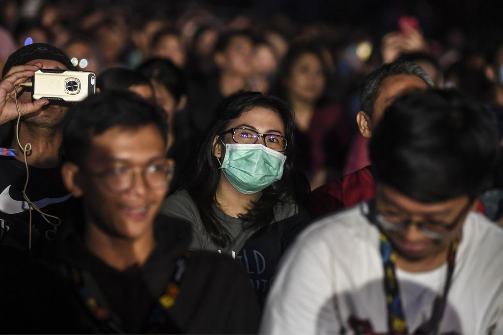Penonton Jakarta International Java Jazz Festival 2020 menggunakan masker di Jakarta, Jumat (28/2/2020). Sejumlah pengunjung konser menggunakan masker disebabkan merebaknya penyebaran virus corona di beberapa negara di Asia Tenggara. ANTARA FOTO/Muhammad Adimaja/nz