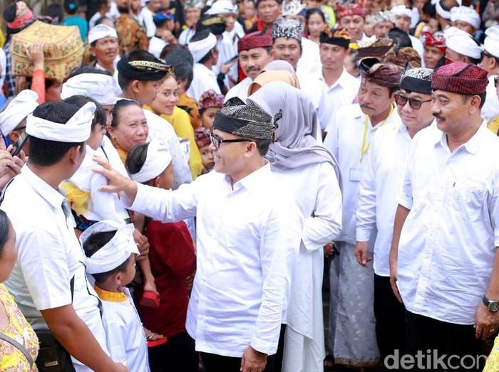 Jajaran Pemkab Banyuwangi ikut menghadiri perayaan Hari Raya Kuningan bersama ribuan umat Hindu di Pura Agung Blambangan, Kecamatan Muncar. Turut hadir Bupati Banyuwangi Abdullah Azwar Anas dan Wakil Bupati Yusuf Widyatmoko.