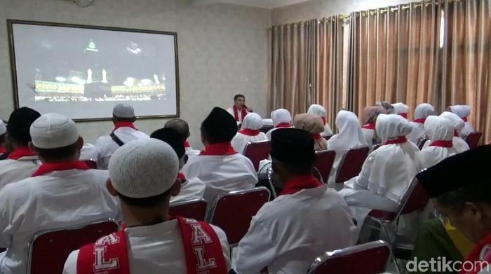 Sejumlah jemaah umroh asal Sukabumi mengikuti manasik