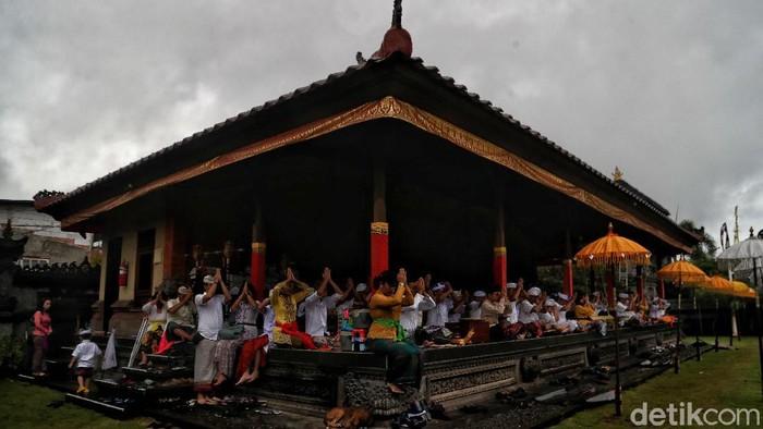 Sejumlah umat Hindu di Tanjung Puri, Jakarta Utara, tengah memperingati Hari Raya Kuningan. Yuk, intip foto-fotonya!