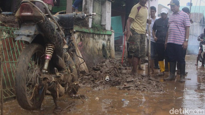 Bupati Sumedang Dony Ahmad Munir tinjau lokasi banjir