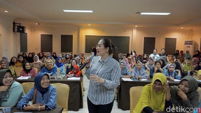 Anggota Komisi E DPRD Sulsel Andi Debbie Rusdin minimnya ruang laktasi di sejumlah area publik di Sulsel (MN Abdurrahman/detikcom)