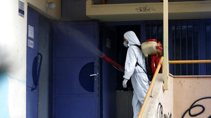 Yunani melaporkan adanya kasus virus corona di negara itu. Sejumlah ruang publik di kawasan Yunani pun disemprot desinfektan guna cegah penyebaran COVID-19.