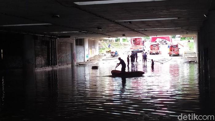 Banjir di underpass Kemayoran pada Minggu (1/3/2020) pukul 11.30 WIB (Luqman Arunanta/detikcom)