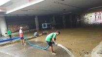 Petugas Cicil Bersihkan Lumpur di Underpass Kemayoran yang Masih Tergenang