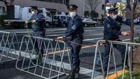 Sejumlah petugas kepolisian tampak mengenakan masker saat bertugas menjaga area di sekitar gelaran acara Maraton Tokyo 2020.