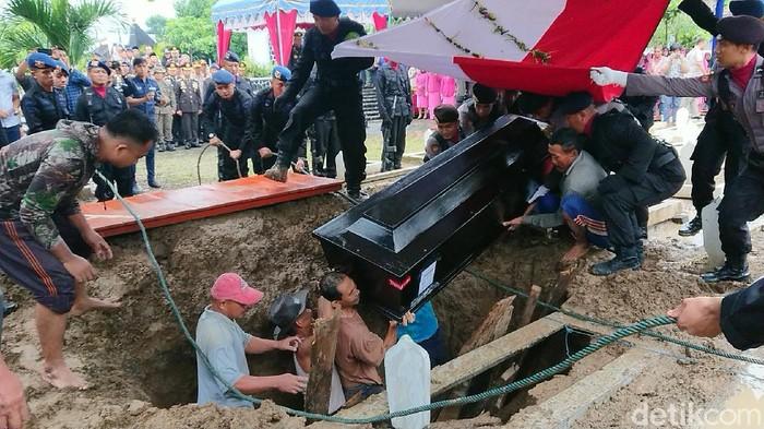 Jenazah Bharatu Anumerta Doni Priyanto, anggota Brimob yang gugur dalam operasi Nemangkawi 2020 di Papua dimakamkan. Jenazah dimakamkan di Taman Makam Pahlawan (TMP) Trenggalek.
