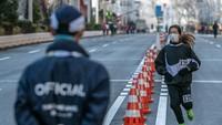 Maraton Tokyo 2020 pun menjadi salah satu kegiatan yang tetap diselenggarakan di tengah ancaman mewabahnya virus corona. Meski tetap diselenggarakan sejumlah persyaratan diberlakukan guna mencegah penyebaran COVID-19 tersebut.