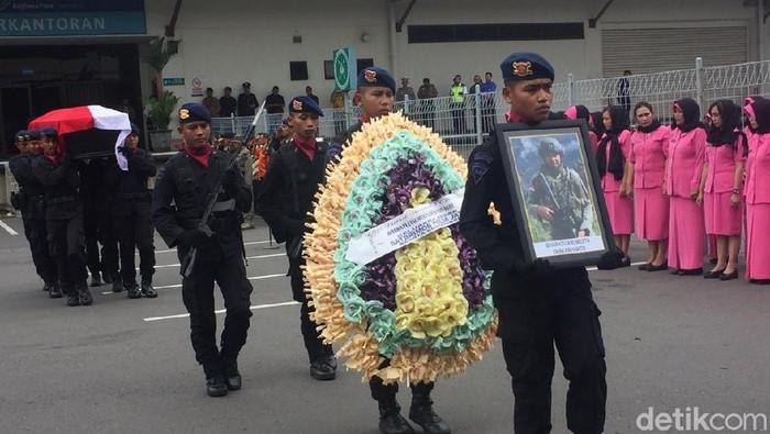 Bharatu Anumerta Doni Priyanto gugur dalam baku tembak selama tiga jam dengan kelompok kriminal separatis bersenjata (KKSB) di Papua. Jenazahnya sudah dibawa ke Trenggalek.