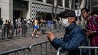 Seorang warga tampak menonton para pelari yang ikut serta dalam acara Maraton Tokyo 2020.