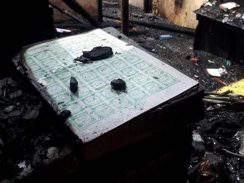 Kebakaran landa asrama korem di Surabaya. Meski bagian bangunan asrama itu hangus terbakar, Al-Quran yang ada di dalam asrama itu tetap utuh. Berikut potretnya.
