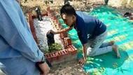 Foto Viral Remaja Autis Tiduran di Samping Makam Ayahnya Ini Bikin Nangis