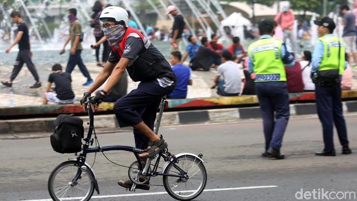 Sepeda lipat jadi salah satu andalan warga di ibu kota untuk beraktivitas. Bentuk sepeda yang bisa dilipat dan praktis membuat sepeda ini populer di masyarakat.