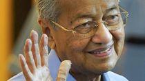 Pelukan Istri untuk Mahathir saat PM Baru Malaysia Muhyiddin Dilantik
