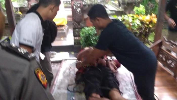 Turis asing yang diikat warga karena ngamuk di minimart di Bali (Dok. Istimewa)