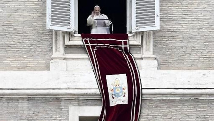Pope Francis waves to the faithfuls as he delivers the Sunday Angelus prayer from his studio window overlooking Saint Peters Square, at the Vatican on March 01, 2020. (Photo by Filippo MONTEFORTE / AFP)
