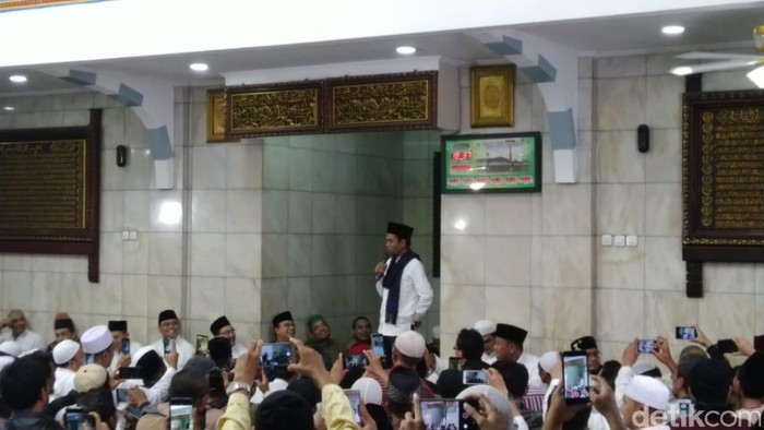 Ustaz Abdul Somad dan Gubernur Anies Baswedan di Masjid Cut Nyak Dien Jakarta (M Ilman N/detikcom)