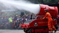 Aksi Robot Damkar DKI Kelebihan Bayar Jinakkan Pasar Terbakar
