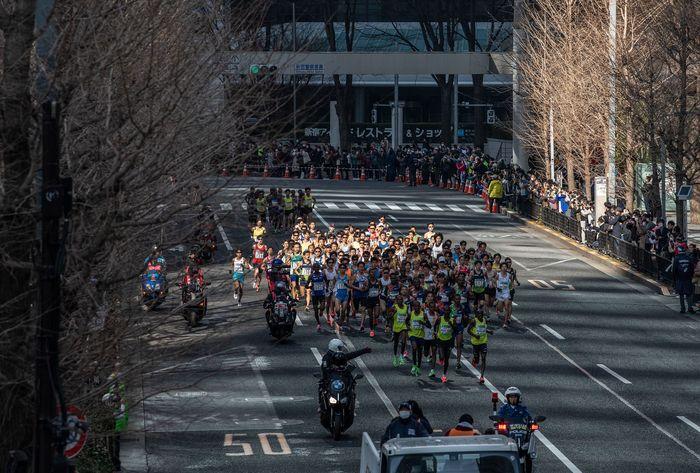 Sejumlah kegiatan terpaksa ditunda akibat wabah virus corona. Meski begitu Tokyo Marathon 2020 tetap digelar dan diikuti oleh sejumlah pelari dunia.