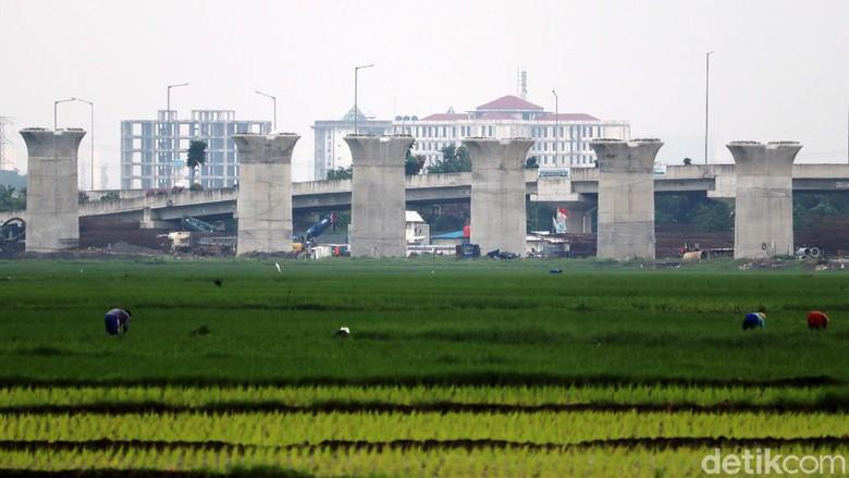 Proyek kereta cepat Jakarta-Bandung dihentikan sementara mulai hari ini. Namun di kawasan Tegalluar, Kabupaten Bandung, Jawa Barat, proyek ini masih berjalan.