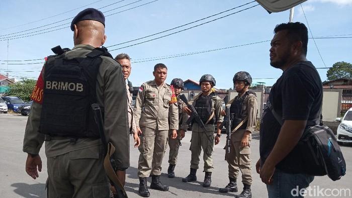 Personel Brimob Polda Bengkulu yang di-BKO di Papua dikerahkan ke Polsek Tembagapura untuk hadapi KKSB (Saiman/detikcom)