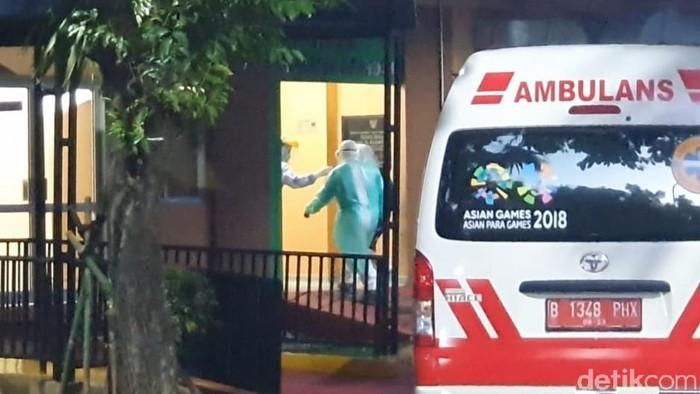 Satu ambulans merapat ke Isolasi RSPI Sulianti Saroso.