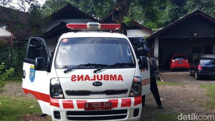 2 WNI yang positif virus corona tinggal di Perumahan Studio Alam, Depok, Jawa Barat. Petugas Dinas Kesehatan Kota Depok mendatangi rumah itu siang ini.