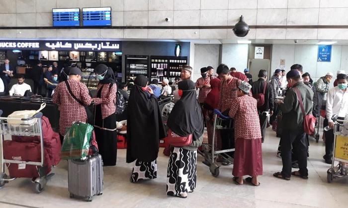 KJRI Jeddah memfasilitasi pemulangan jemaah umrah ke Indonesia. Sebanyak 9.995 jemaah umrah telah dipulangkan ke Tanah Air pada 2 Maret 2020.