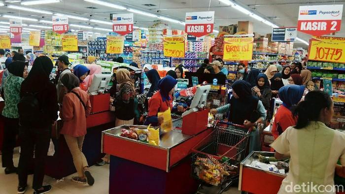 Warga memadati Naga Swalayan, Pondok Melati, Kota Bekasi untuk membeli berbabagi kebutuhan, Senin (3/3/2020).