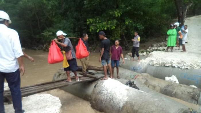 Jembatan di Kupang, NTT rusak akibat banjir.