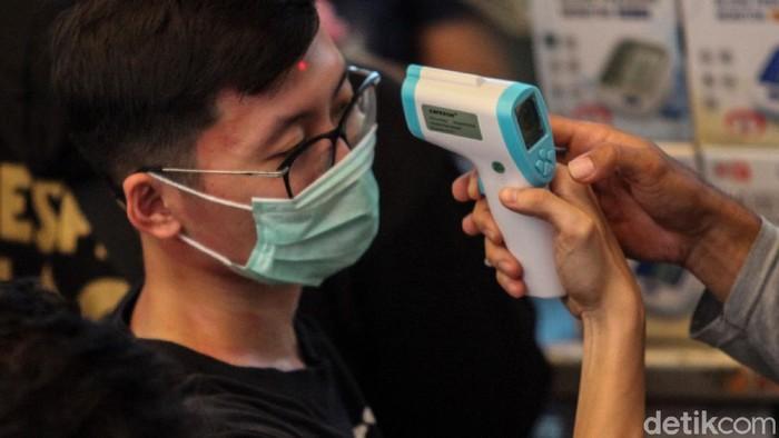 Dua orang Indonesia positif tertular virus corona. Kabar geger tersebut menyebabkan sejumlah warga Jakarta menyerbu Pasar Pramuka.