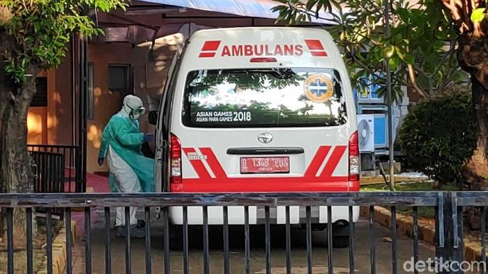 Mobil Ambulans milik Dinkes Kota Depok merapat ke RSPI Sulianti Saroso. Menurut informasi, ambulans membawa tukang kebun dari rumah WNI yang positif Corona.