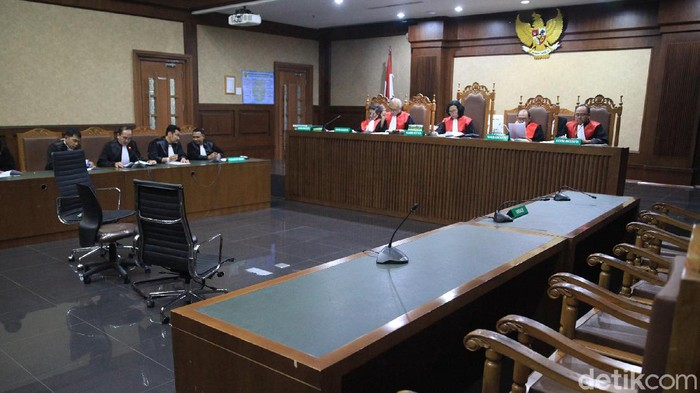 JPU membacakan dakwaan terdakwa korupsi Honggo Wendratno, di PN Jakarta Pusat, Senin (2/3). Kursi terdakwa kosong karena Honggo menghilang dan menjadi buronan Polri.
