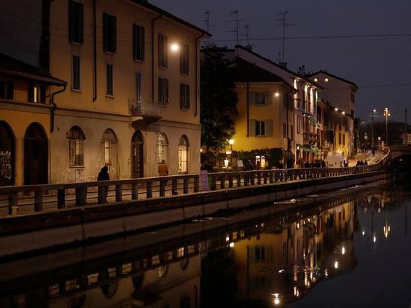 Italia jadi negara pertama di Eropa yang terkena virus Corona. Milan yang biasanya ramai turis kini sepi dan senyap. Naviglio Canal yang ramai kini tampak begitu asing. (Yara Nardi/Reuters)