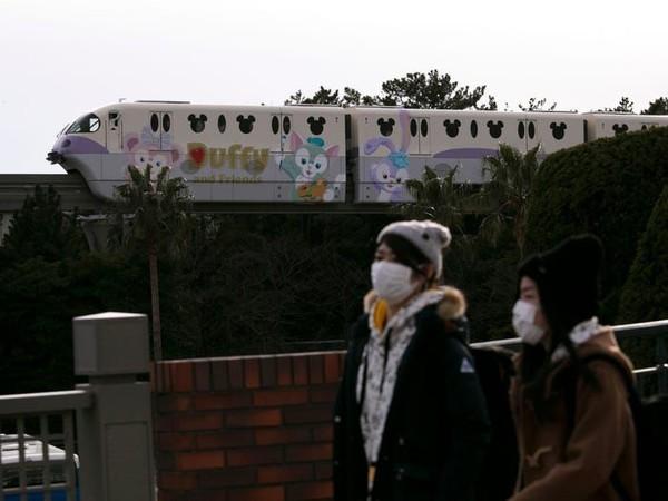 Tokyo Disneyland sempat mempertahankan diri untuk tetap buka. Namun sepinya pengunjung membuat tempat ini terpaksa ditutup. (Jae C Hong/AP)