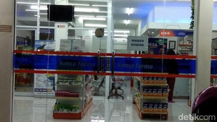 Salah satu Apotek di Semarang memasang tanda masker kosong